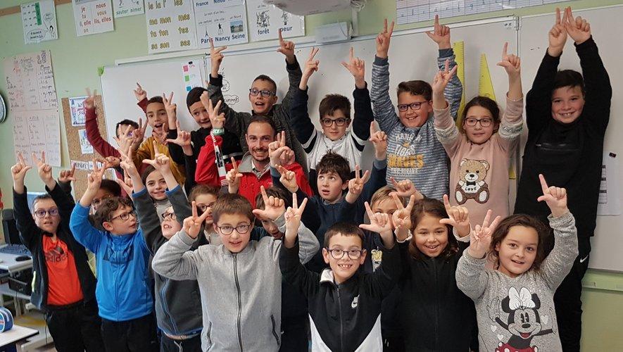 Jordan Dieudonné entouré des écoliers de Jacques-Prévert.