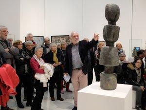 Daniel Ségala présentant le Totem de Juana Muller lors de la conférence du 15 décembre au musée Soulages.