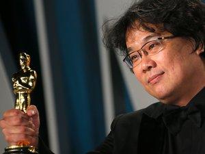 """Le film """"Parasite"""" du réalisateur sud-coréen Bong Joon-ho est entré dimanche dans la légende des Oscars en devenant le premier long-métrage en langue étrangère à obtenir le prix du """"meilleur film"""""""
