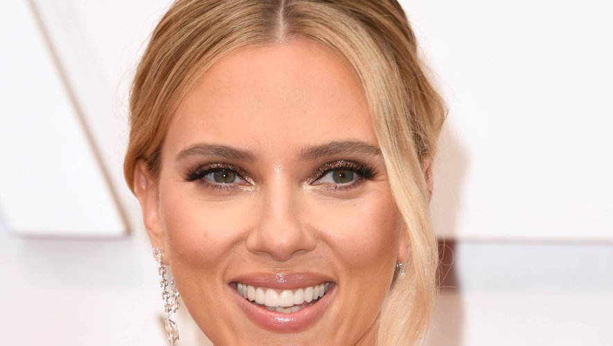 Du regard à la bouche, le maquillage de Scarlett Johansson est une élégante symphonie de rose et de taupe.
