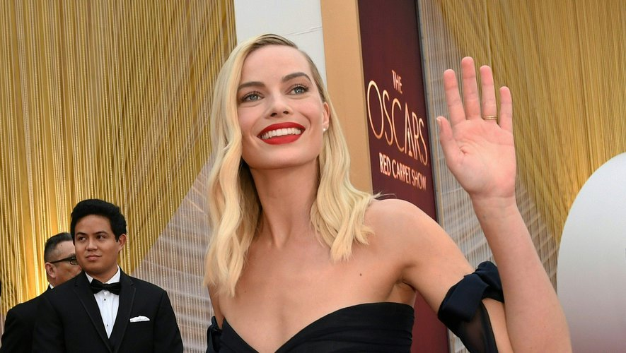 Ondulations légères et bouche rouge : le glamour de Margot Robbie reste moderne.