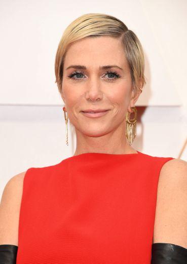 Ultra-courte, la coupe de cheveux de Kristen Wiig lui permet de laisser la vedette au regard et aux accessoires.