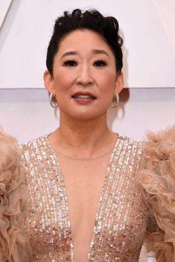 Toujours fidèle à son trait d'eyeliner, Sandra Oh choisit une coiffure bouclée et un maquillage aux teintes automnales.