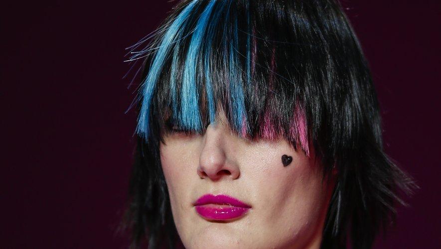 Les mèches fuchsia et bleues associées à des coeurs dessinés à l'encre créent un style aussi romantique que bohème chez Christian Siriano.