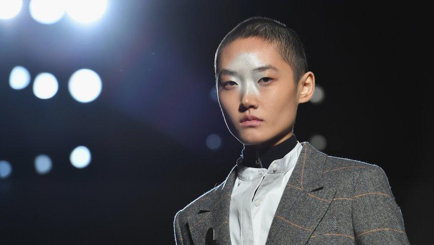 Le maquillage facial permet d'installer une atmosphère futuriste chez Rag & Bone.