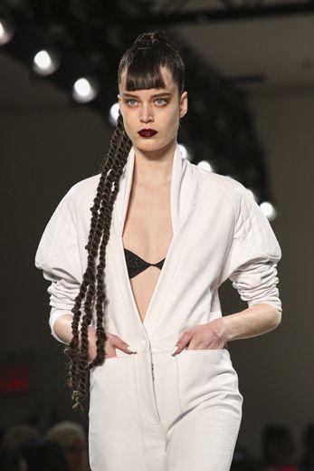 LaQuan Smith parie sur des vanilles ultra-longues, une frange imposante et une bouche teintée d'un pourpre foncé pour marquer les esprits.