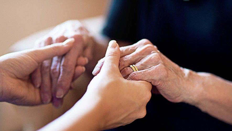 """Les médecins de ville prenant en charge ce type de soins devront """"passer convention avec une équipe mobile ou un service hospitalier de soins palliatifs afin de garantir la collégialité de la décision (...)."""