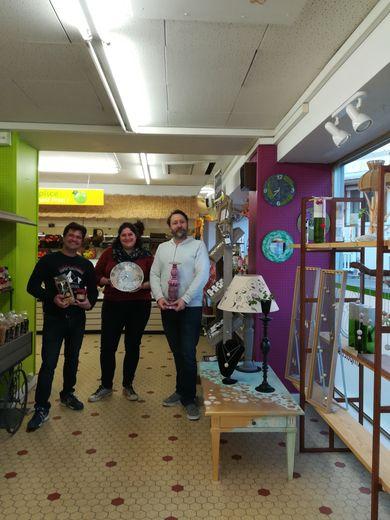 Vincent, Nathalie, Carl présententmobiliers et objets exposés.