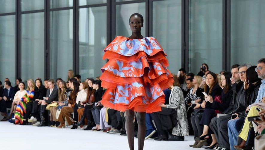 Chez Carolina Herrera, les robes sont imposantes et volumineuses, ornées de volants, mais plus courtes que les saisons précédentes. New York, le 10 février 2020.