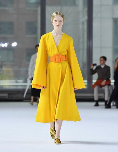 Les silhouettes monochromes sont nombreuses chez Carolina Herrera qui fait le choix de mettre les couleurs vives à l'honneur, du jaune au bleu électrique en passant par le orange et le vert. New York, le 10 février 2020.