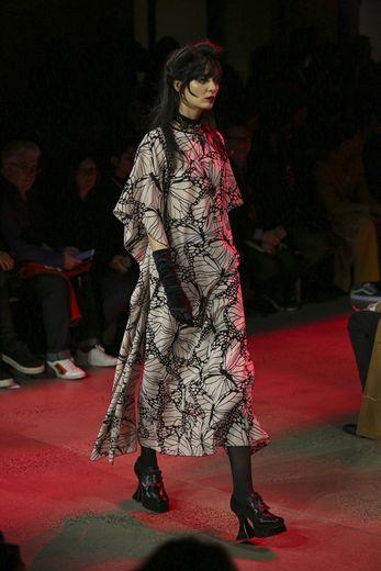 Malgré ce côté sombre, les silhouettes sont très féminines chez Anna Sui qui arrive à allier décontraction et sensualité avec des robes légères et très fluides. New York, le 10 février 2020.