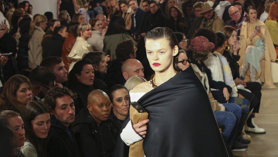 On retrouve ces jeux d'asymétrie avec les capes et les manteaux qui viennent se superposer sur des ensembles intemporels chez Proenza Schouler. New York, le 10 février 2020.