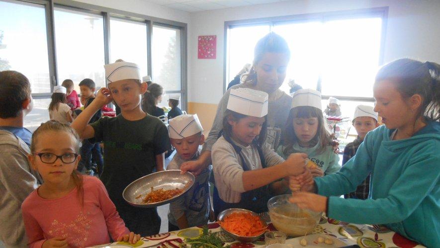 Les enfants adorent faire la cuisine ! Celle-ci est à nouveau au programme, la première semaine. Entre autre activité !