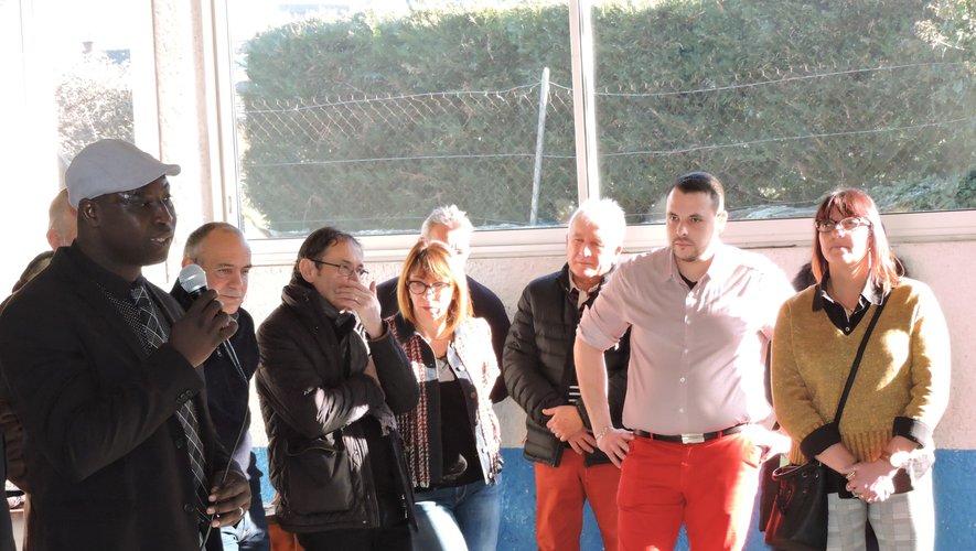 Simon Worou, au micro, accompagné de son équipe.
