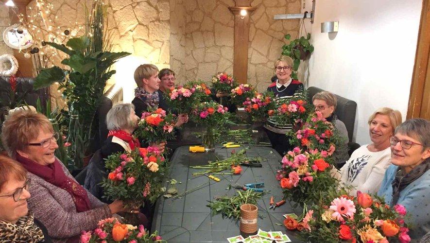 Les participantes autour du bouquet coloré.