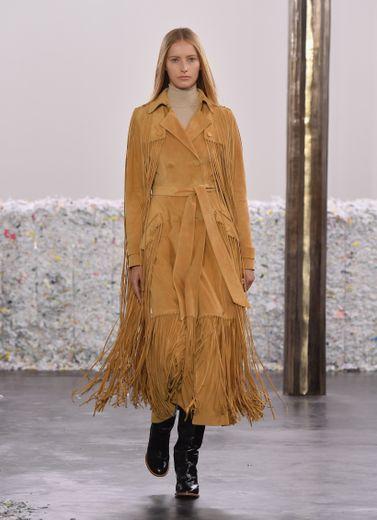 Gabriela Hearst présente des silhouettes classiques et intemporelles tout en longueur réinterprétées avec différents éléments comme les franges. New York, le 11 février 2020.