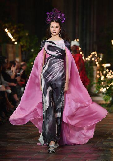 Les mannequins avancent avec légèreté et élégance chez Rodarte, qui twiste certaines de ses tenues d'une touche gothique. New York, le 11 février 2020.