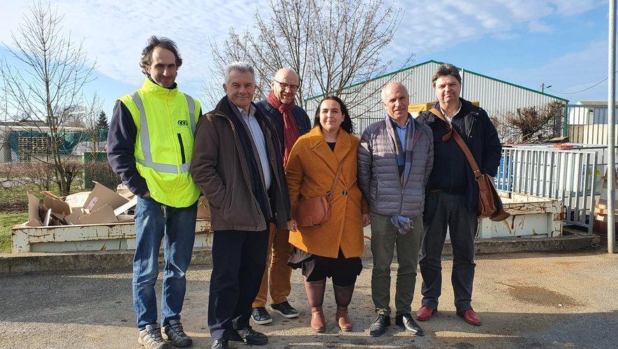 Personnels et élus du Pays Ségalisur le site de la déchetterie.