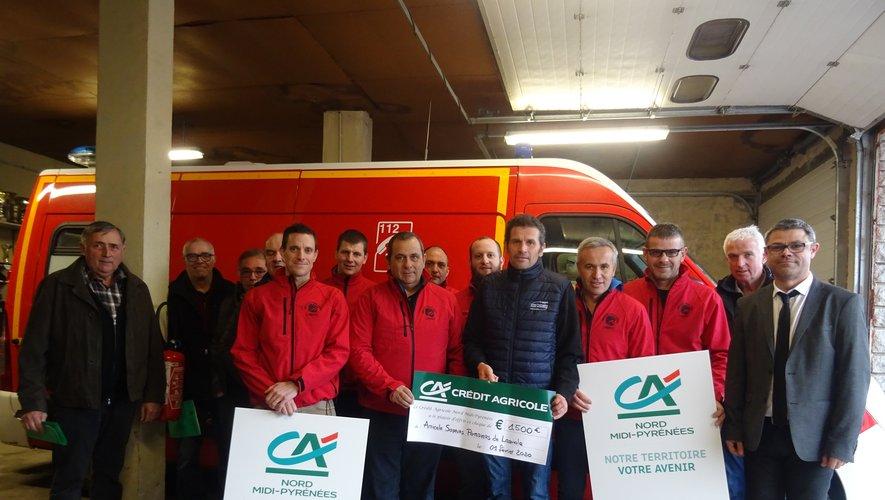 Au centre Géraud Valadier, à droite Stéphane Naujac au centre de secours avec les sapeurs – pompiers.