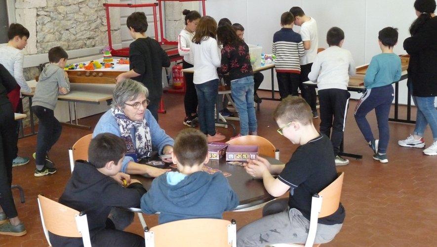 Muriel Goulu explique aux enfants de nouveaux jeux.