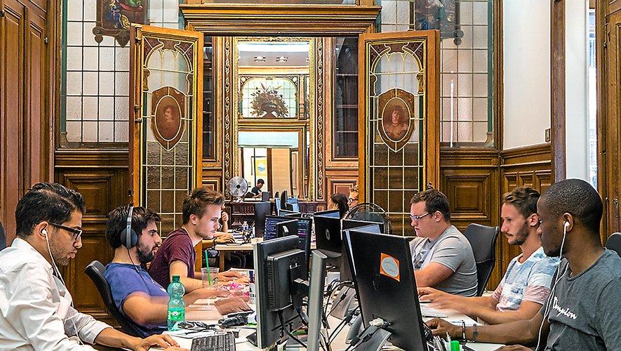 Installée à Paris, au sein des anciens « Ateliers d'Uzès », Adveris affiche une santé insolente, figurant parmi les 35 meilleures agences digitales du monde.