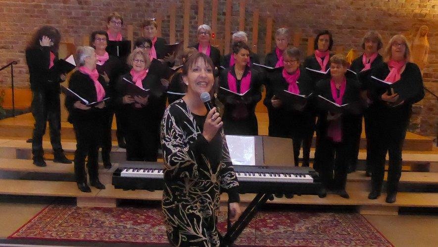 La chorale Prim'Aub'Song et leur chef de chœur, Cécile Filloux.