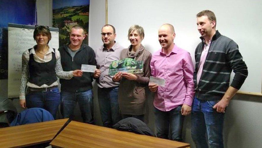 La remise des chèques à la présidente de l'association par les représentants de chaque club.