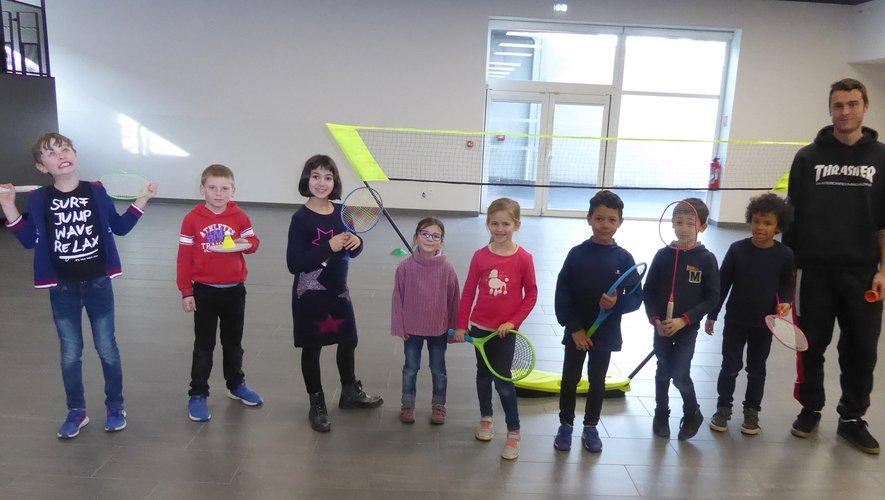 Les enfants jouant au badminton aux côtés de Lucas.