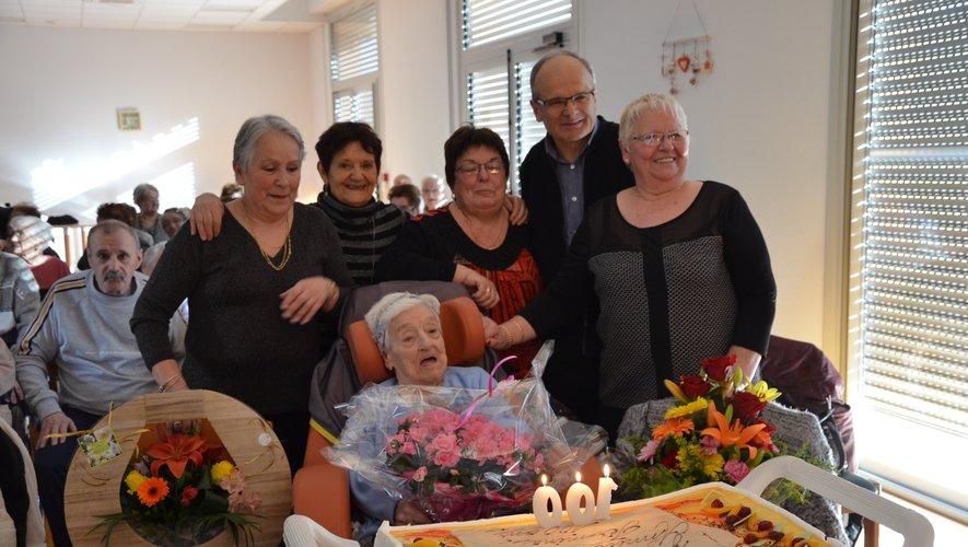La centenaire entourée de ses nièces et du maire.