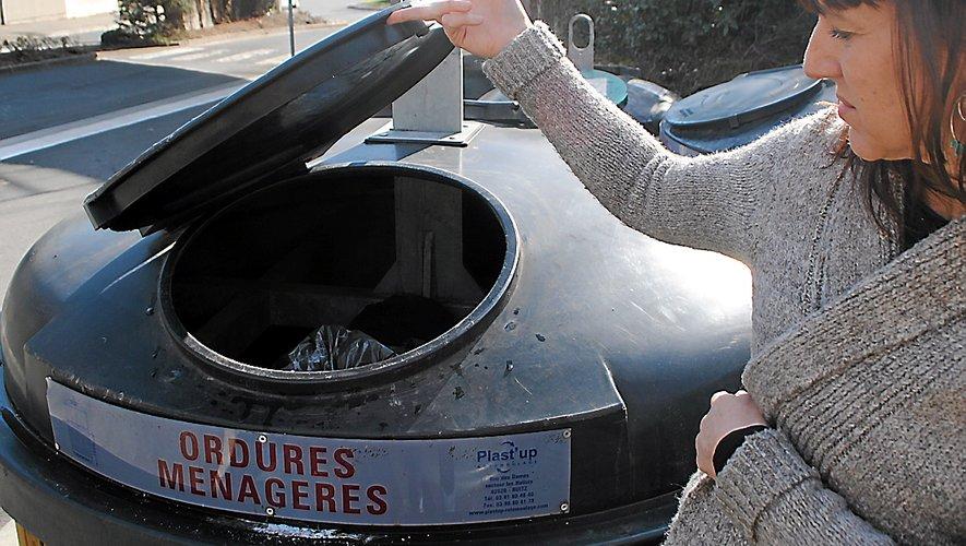 Ludivine Fulcrand dévoile le ventre de l'un des sept conteneurs, prêt à déborder.