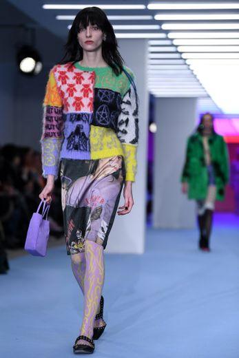 Les imprimés sont mixés avec style et chic chez Ashley Williams qui propose des silhouettes modernes chargées en symboles. Londres, le 14 février 2020.