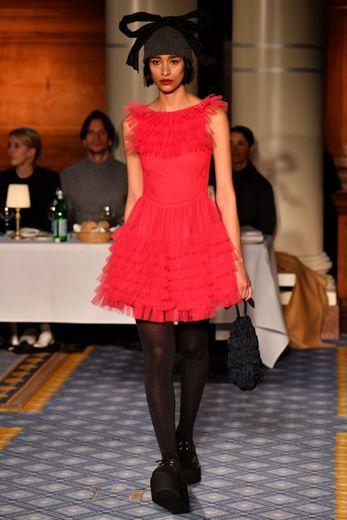 Molly Goddard propose des robes vintage tout en élégance agrémentées de froufrous et de rubans. Le tout décliné dans une palette vive. Londres, le 15 février 2020.