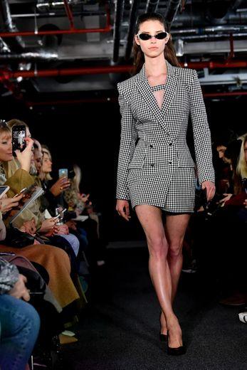 David Koma joue avec une féminité sensuelle, empruntant certaines pièces au vestiaire de l'homme, pour en faire des tenues chic et sexy. Londres, le 15 février 2020.