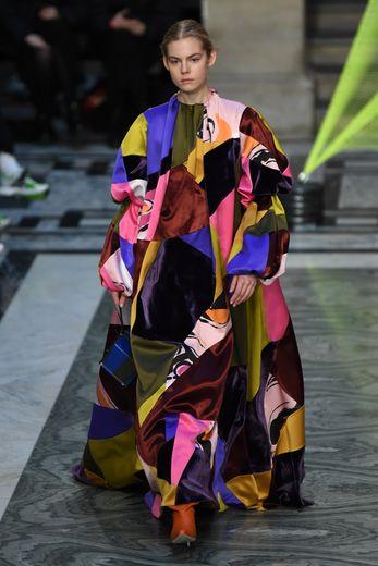 Roksanda place la couleur au coeur de sa collection, en proposant des robes volumineuses où les matières et les teintes les plus vibrantes se mêlent avec brio. Londres, le 16 février 2020.