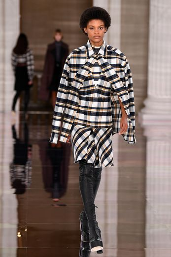 Victoria Beckham est plus audacieuse cette année, conservant le raffinement qui caractérise ses collections avec un twist plus rebelle que l'on retrouve dans les couleurs et les imprimés. Londres, le 16 février 2020.