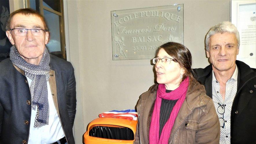 Daniel Raynal et Patrick Gayrard entourant Monique Pons devant la plaque portant le nom de son père.