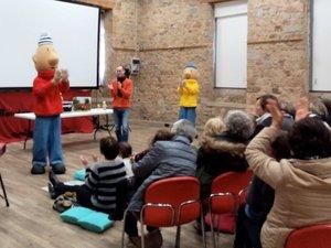 Les grands-parents, les parents et bien sûr les enfants ont eu la surprise de rencontrer Pat et Mat, les marionnettes géantes du court métrage projeté.