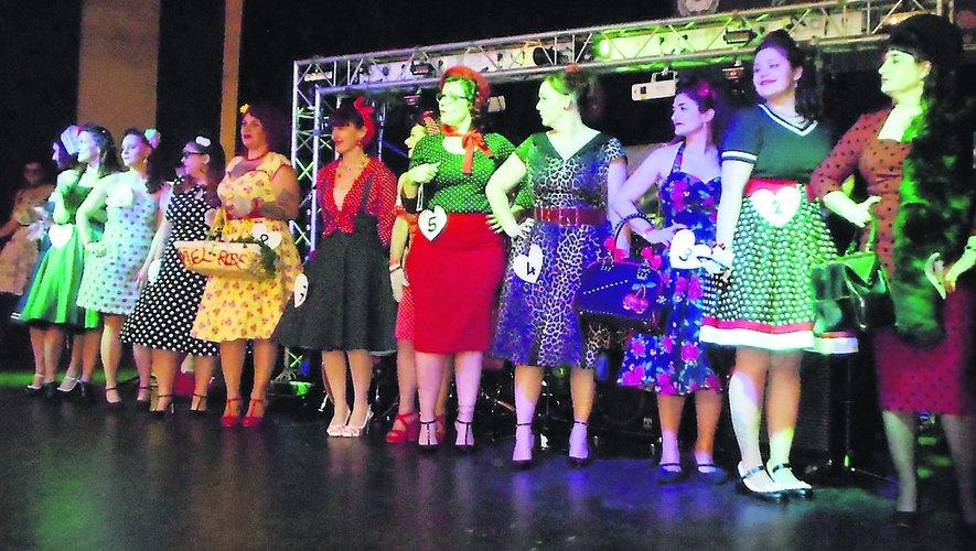 Les candidates à l'élection de Miss pin-up et, ci-contre, l'organisateur, Damien Vidal, avec Élodie, la gagnante.