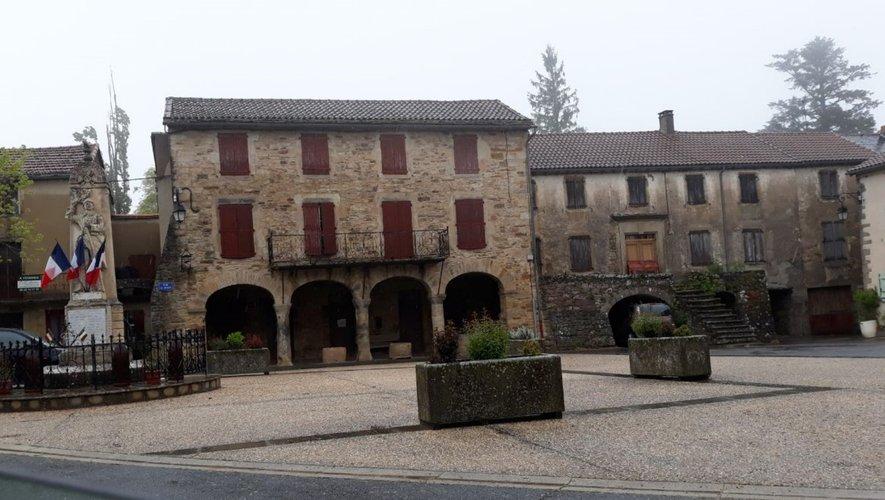 le village de Montclar avec sa place des Arcades