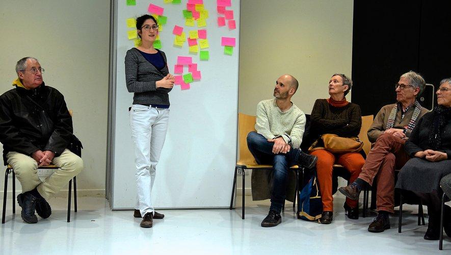 Marion Berardi, face au mur  des doléances des participants à la réunion publique.