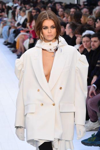 Les manteaux sont ultra longs et les blazers oversize pour une allure puissante et sexy, avec une capuche et un travail sur les manches qui deviennent bouffantes cette saison. Milan, le 20 février 2020.