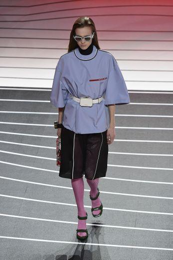 Les contrastes règnent chez Prada qui propose une collection entre puissance et délicatesse, avec des pièces empruntées au vestiaire de l'homme mais également des silhouettes plus sophistiquées. Milan, le 20 février 2020.