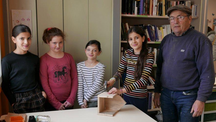 Une dizaine d'enfants ont découvert la fabrication des nichoirs en bois, future résidence des petits oiseaux.
