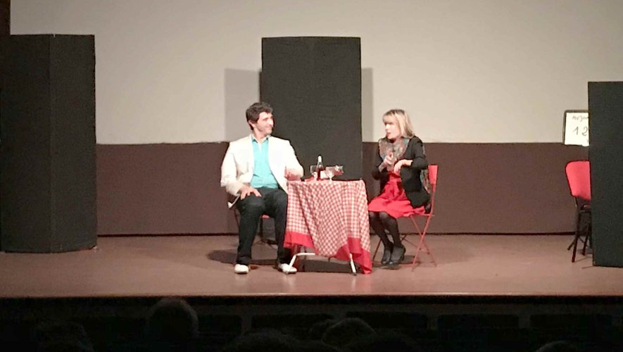 Les comédiens interprètent la pièce « SOS célibataire ».