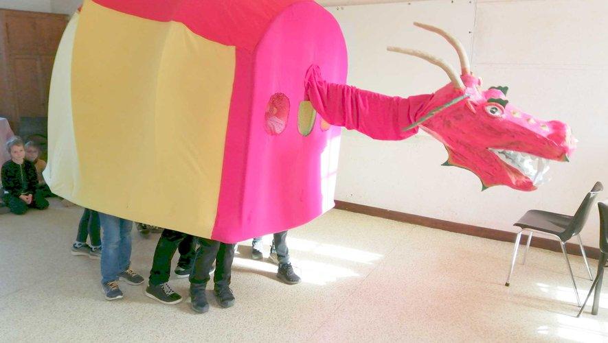 Les enfants des écoles s'activent pour le carnaval : ils ont créé un animal fantastique.