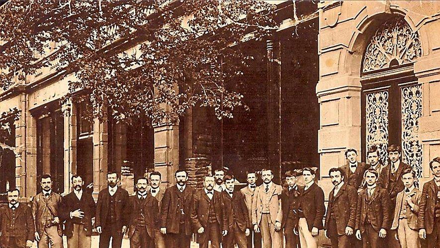 Le personnel pose devant la boutique au début du XXe siècle.