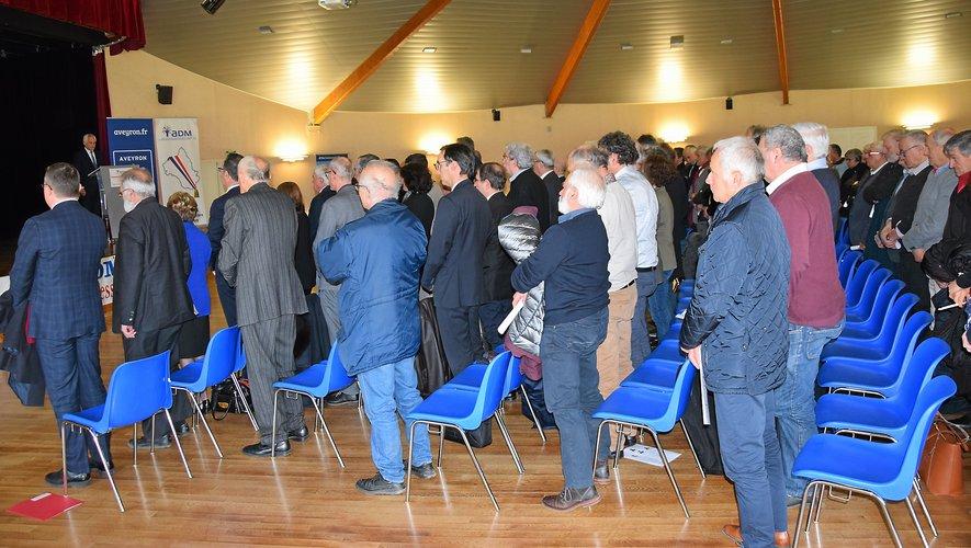 L'assemblée s'est levée et a observé une minute de silence en l'honneur des dix disparus.