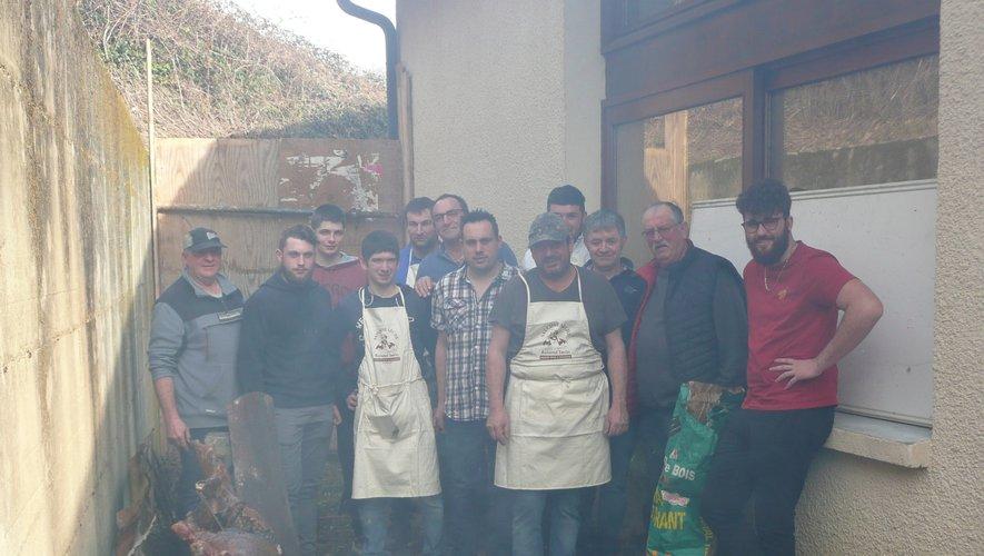 L'équipe organisatrice devant les sangliers cuisant à la broche