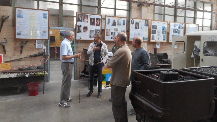 Les bénévoles de l'Aspibd expliquent aux visiteursle fonctionnement de la mine.
