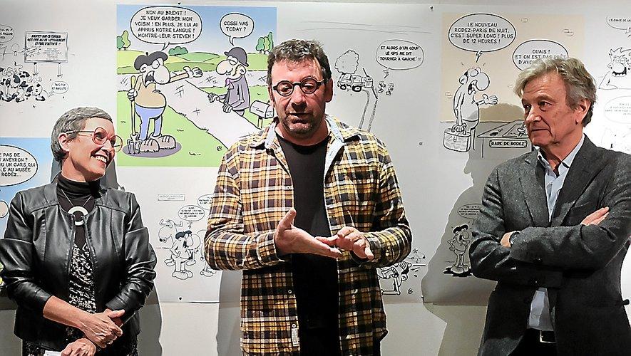 Alexandre Saurel, alias Z'lex, entouré de Nathalie Bouillard, présidente du centre culturel, et de Jean-Eudes Le Meignen, président de la communauté  de communes.